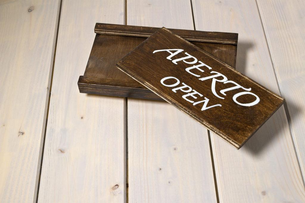 Insegna scorrevole in legno aperto-chiuso