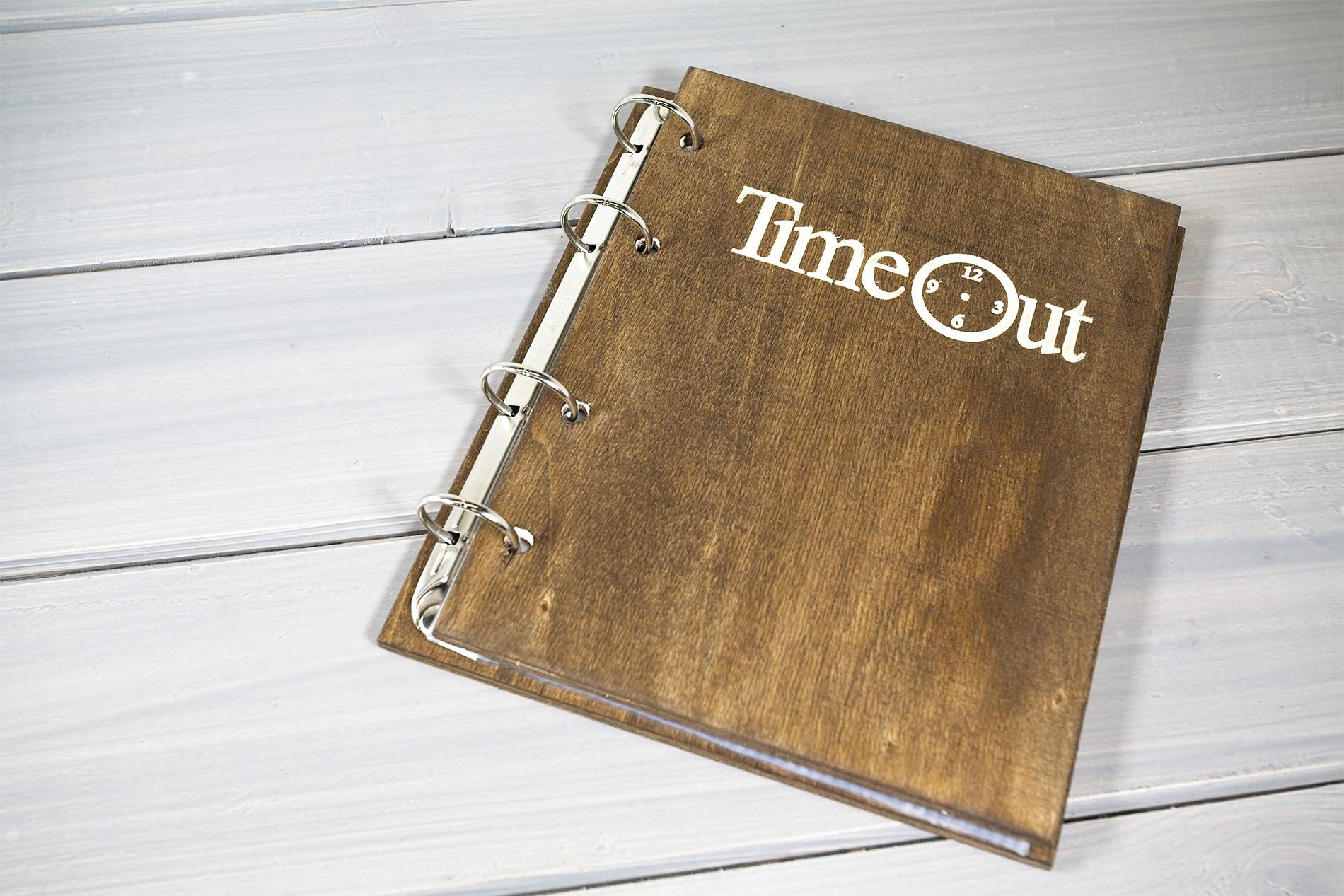 Portamenu Papireto Personalizzato Time Out In Colore Noce Scuro